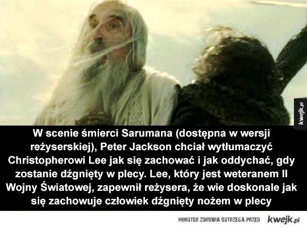 Ciekawostki z planu Powrotu Króla - W scenie śmierci Sarumana (dostępna w wersji reżyserskiej), Peter Jackson chciał wytłumaczyć Christopherowi Lee jak się zachować i jak oddychać, gdy zostanie dźgnięty w plecy. Lee, który jest weteranem II Wojny Światowej, zapewnił reżysera, że wie doskonal