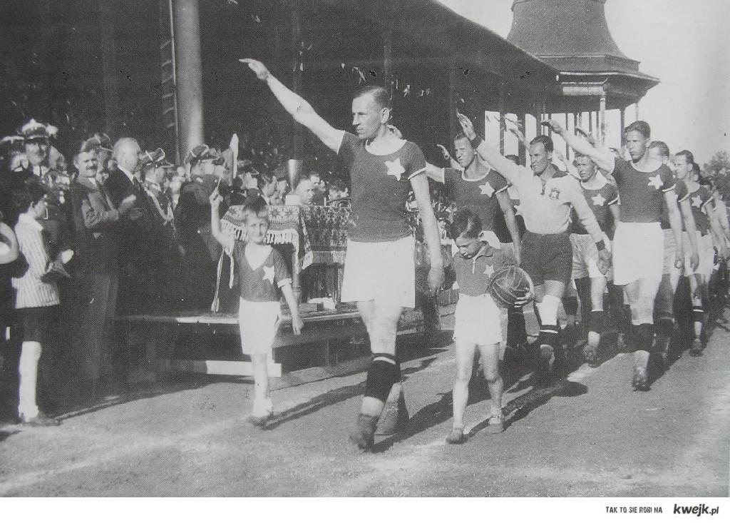 lata trzydzieste XX wieku, piłkarze Wisły Kraków pozdrawiają kibiców