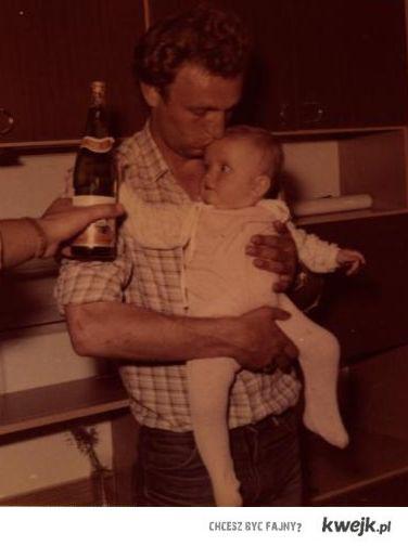 Dzieciak gapi się na piwo