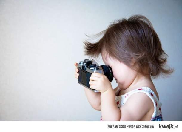 dziecko z aparatem