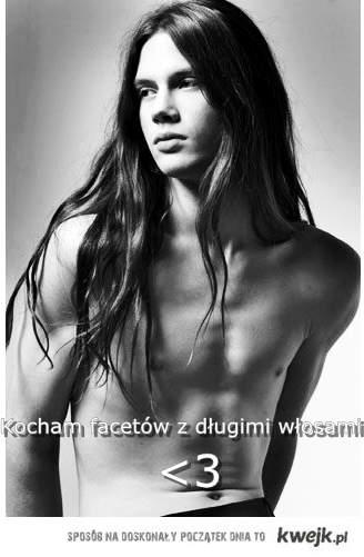 kocham facetów z długimi włosami <3
