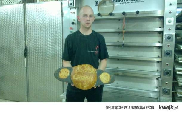 Fan KSW, Mateusz Pieczarka zaskoczył nas po raz kolejny. Tym razem z jego pieca wyszedł chleb przypominający mistrzowskie pasy.