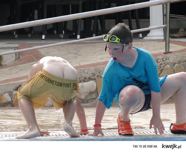 Podczas wakacji mój brat wychodził z basenu, przyglądał się temu inny dzieciak, który spojrzał na jego tyłek. Widok bezcenny :)