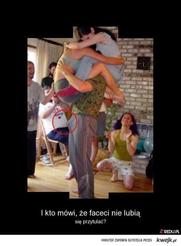 Faceci lubią przytulanie