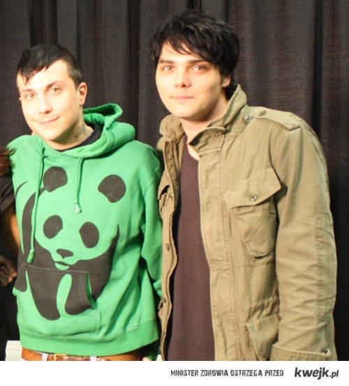 Gerard Way znów w czarnych włosach ;)