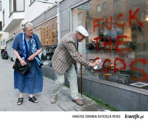 Dziadek i babcia nie lubia policji