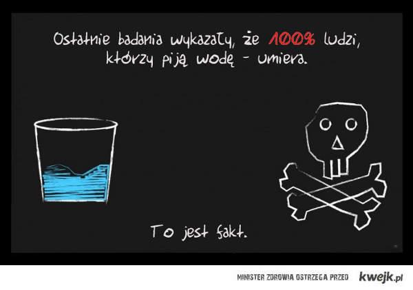 ludzie pijący wodę umierają