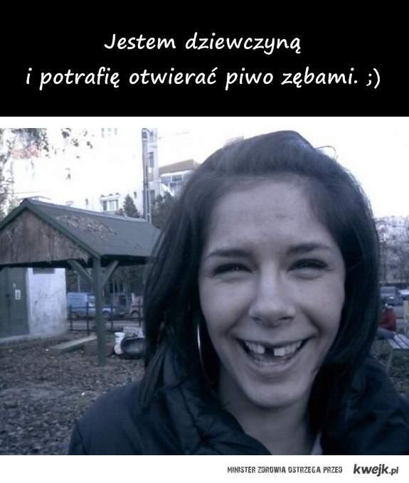 dziewczyna otwiera piwo zębami