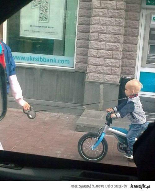 dziecko na smyczy