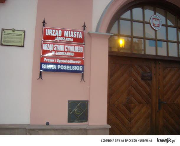 2 w  1. Urząd Miasta Jarosławia i biuro poselskie PIS.
