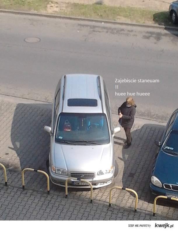 kobieta i parkowane