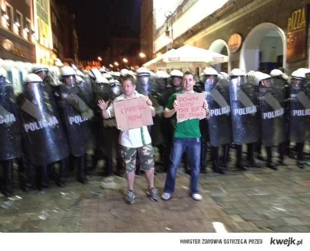 Polska policja i zagraniczni kibice.