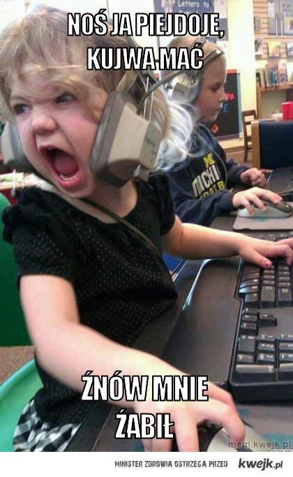 Dzieffczynka gra w CS'a