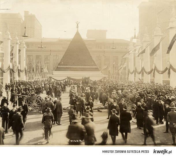 wielka piramida z hełmów poległych żołnierzy niemieckich, Nowy York, Grand Central Station, USA, 1918 # okaml