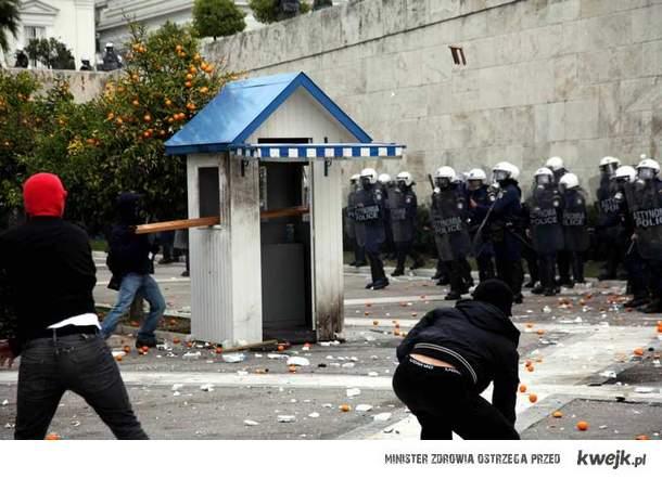 Tak się boją policjanci z Grecji przy parlamencie : )