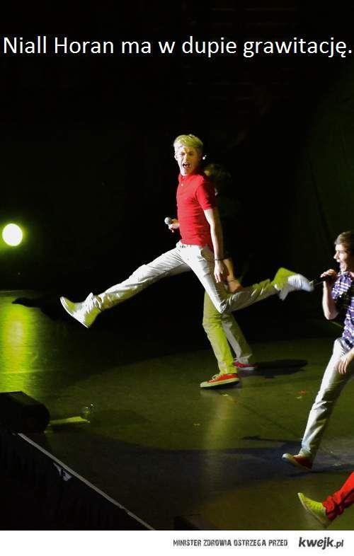 Niall Horan ma w dupie grawitację