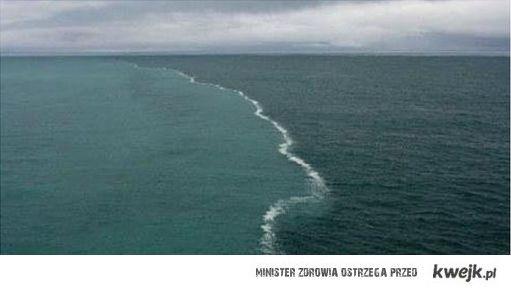 Miejsce styku Morza Bałtyckiego i Morza Północnego, woda nie łączy się, ponieważ fale mają inną gęstość.