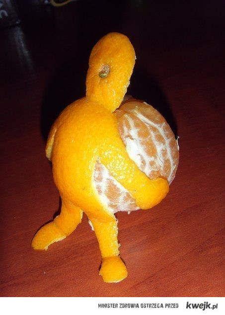 chlopiec niesie mandarynke
