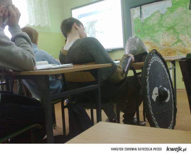 Rycerz na lekcji Geografii w XXI wieku - takie rzeczy tylko w Polsce!