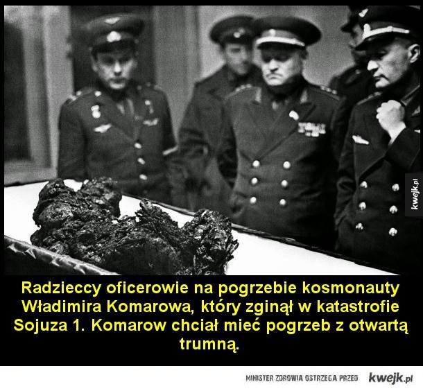 Pogrzeb Komarowa - Radzieccy oficerowie na pogrzebie kosmonauty Władimira Komarowa, który zginął w katastrofie Sojuza 1. Komarow chciał mieć pogrzeb z otwartą trumną.