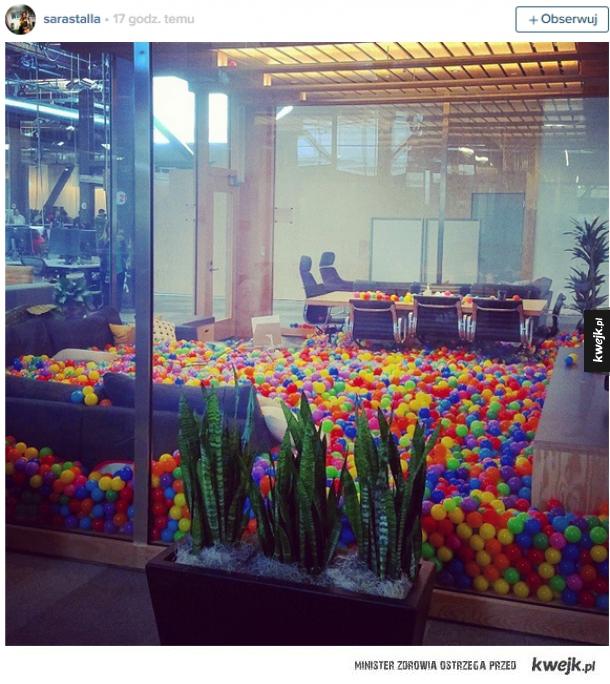 W biurze google...