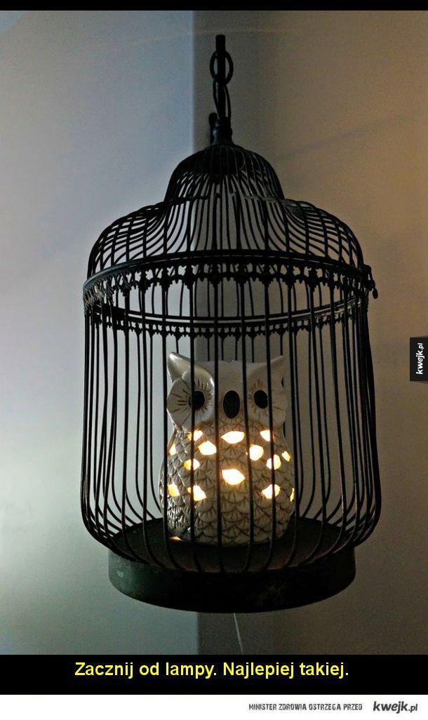 Zacznij od lampy. Najlepiej takiej. Nie zapomnij o odpowiednim włączniku do światła.  Zadbaj o to, by czarodzieje odwiedzający pokój wiedzieli do kogo przychodzą.  Następnie przyozdób pokój latającymi kluczami.  Pamiętaj o odpowiedniej tapecie na ścianę al