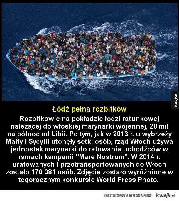 Rozbitkowie - Rozbitkowie na pokładzie łodzi ratunkowej należącej do włoskiej marynarki wojennej, 20 mil na północ od Libii. Po tym, jak w 2013 r. u wybrzeży Malty i Sycylii utonęły setki osób, rząd Włoch używa jednostek marynarki do ratowania uchodźców w ramach kampani