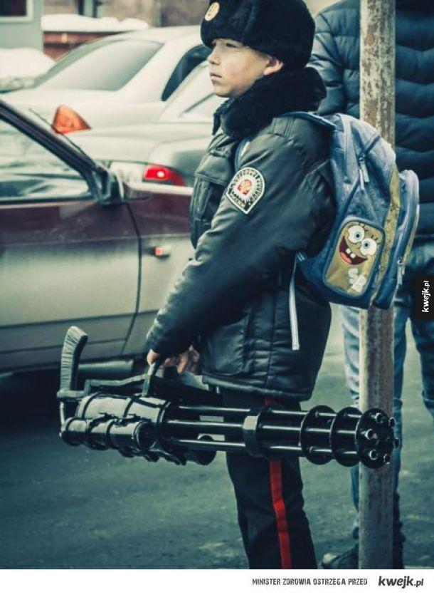 Typowe rosyjskie dziecko w drodze do szkoły