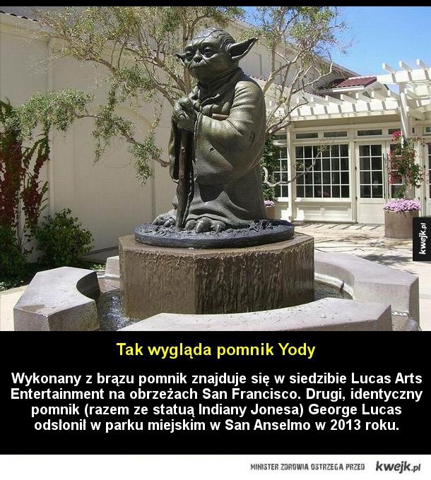 Wykonany z brązu pomnik znajduje się w siedzibie Lucas Arts Entertainment na obrzeżach San Francisco. Drugi, identyczny pomnik (razem ze statuą Indiany Jonesa) George Lucas odsłonił w parku miejskim w San Anselmo w 2013 roku.