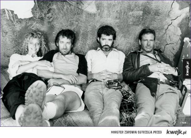 """Kate Capshaw, Steven Spielberg, George Lucas i Harrison Ford w przerwie na planie """"Indiana Jones i Świątynai Zagłady"""""""