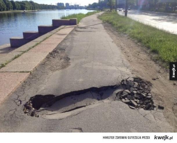 Wczoraj po pijaku bardzo niefortunnie upadłem na ulicę...
