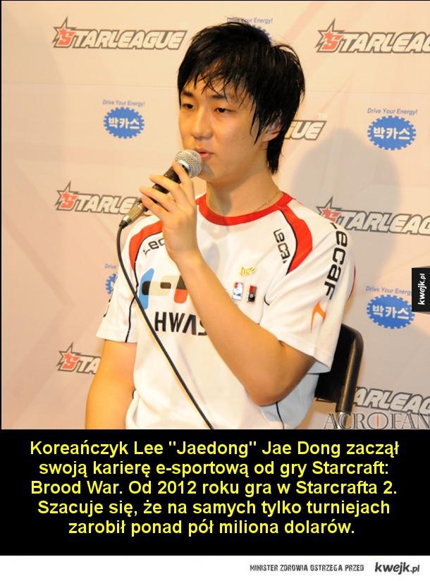 Koreańczyk Lee Jaedong Jae Dong zaczął swoją karierę e-sportową od gry Starcraft: Brood War. Od 2012 roku gra w Starcrafta 2. Szacuje się, że na samych tylko turniejach zarobił ponad pół miliona dolarów.   Carlos Ocelote Rodriguez to aktualnie jeden z najl