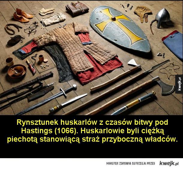 Rynsztunek huskarlów z czasów bitwy pod Hasting (1066). Huskarlowie byli ciężką piechotą stanowiącą straż przyboczną władców.  Rynsztunek rycerza z czasów wypraw krzyżowych.  Rynsztunek łucznika z czasów bitwy pod Azincourt (1415). Była to jedna z ważniejs