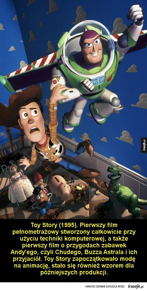 Toy Story (1995). Pierwszy film pełnometrażowy stworzony całkowicie przy użyciu techniki komputerowej, a także pierwszy film o przygodach zabawek Andy'ego, czyli Chudego, Buzza Astrala i ich przyjaciół. Toy Story zapoczątkowało modę na animację, stało się
