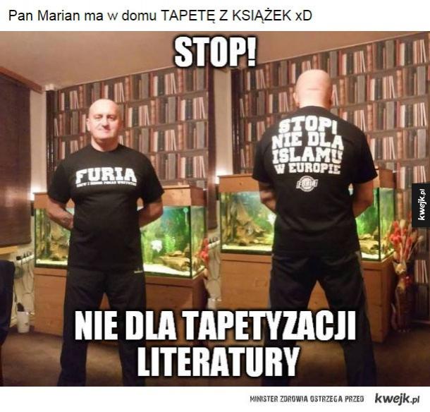 Pan Marian ma tapetę z książek