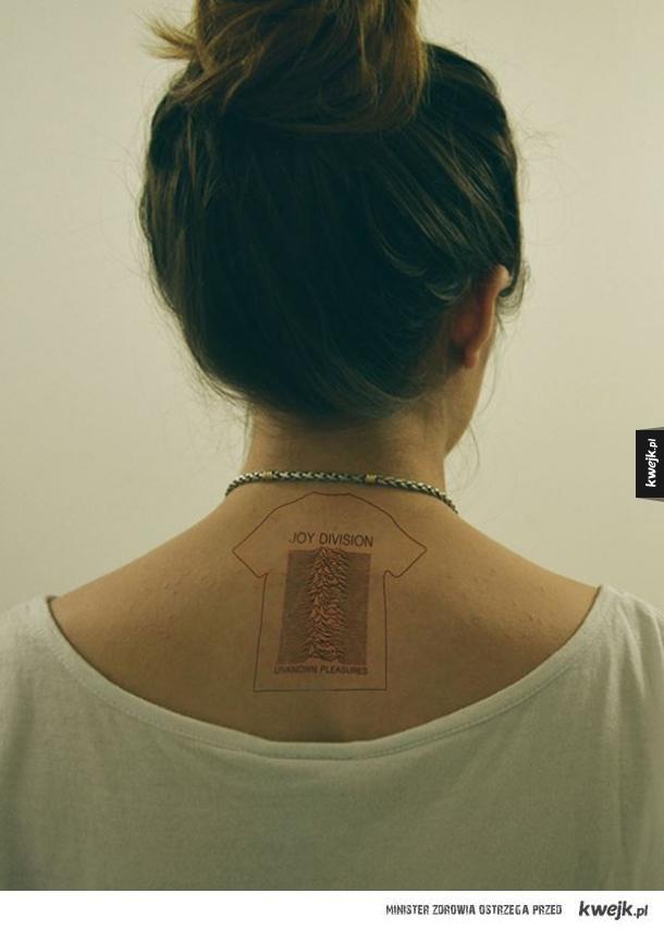 Tatuaż z koszulką Joy Division