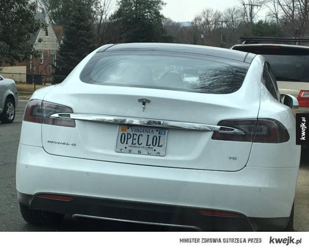 Tesla z ciekawą rejestracją