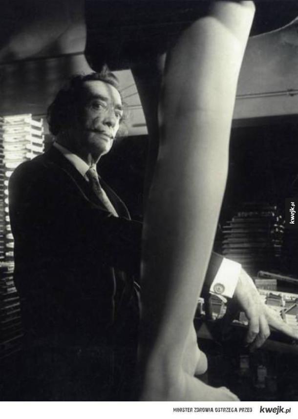 Salvador Dali patrzy na nogi