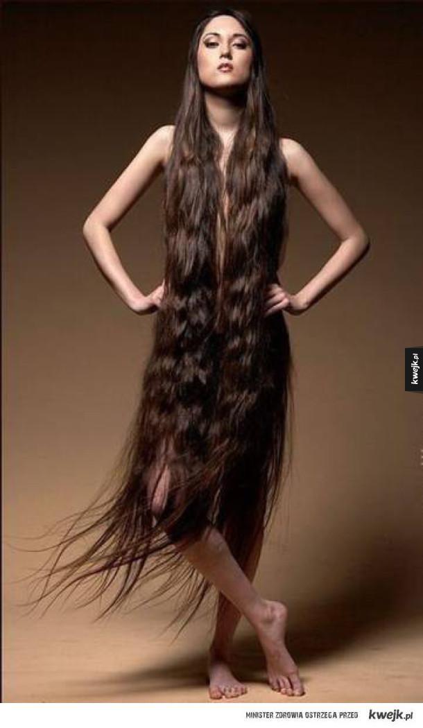 Kobieta ubrana we włosy