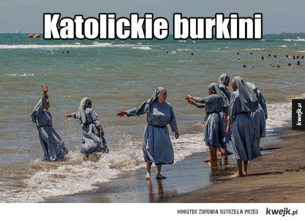 Jak tak można, na plażę w ubraniu :P