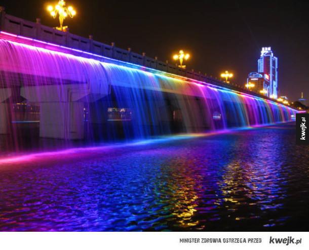 Podświetlany wodospad z mostu