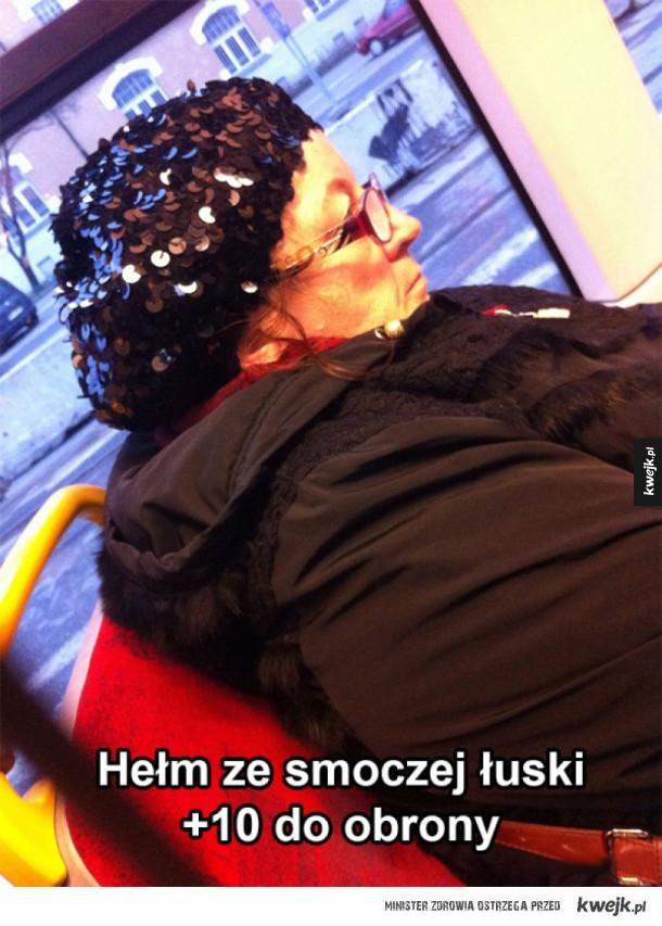Hełm ze smoczej łuski na głowie starszej pani w jakimś autobusie. bardzo śmieszne boki zrywać