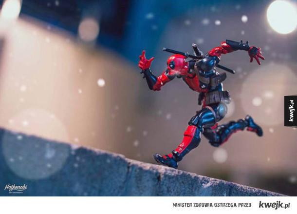 Zabawnie upozowane figurki superbohaterów i nie tylko