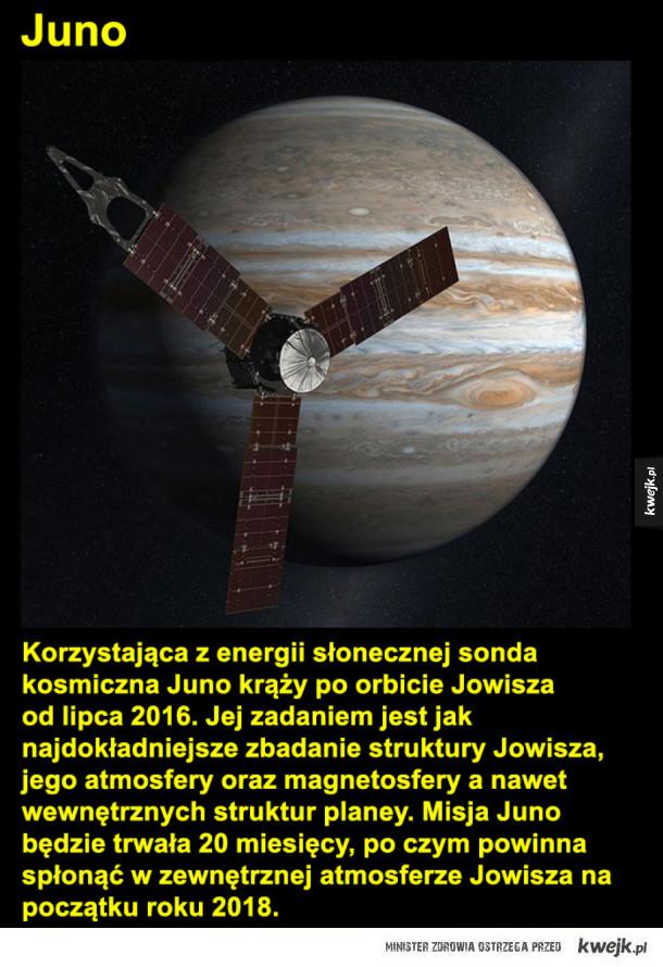 Niesamowite fotografie Jowisza - Juno  Napędzana energią słoneczną sonda kosmiczna Juno krąży po orbicie Jowisza od lipca 2016. Jej zadaniem jest jak najdokładniejsze zbadanie struktury Jowisza, jego atmosfery oraz magnetosfery a nawet wewnętrznych struktur planey. Misja Juno będzie trwał