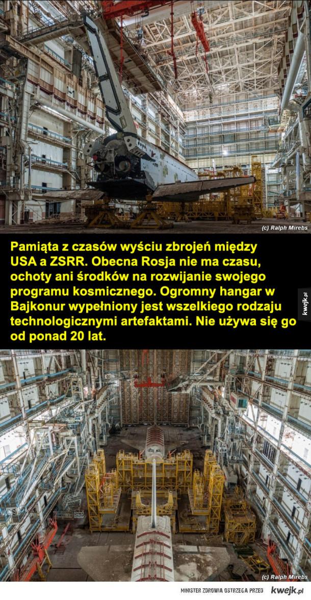 Opuszczona stacja rakiet kosmicznych - Stacja rakiet kosmicznych w Bajkonur  Pamiąta z czasów wyściu zbrojeń między USA a ZSRR. Obecna Rosja nie ma czasu, ochoty ani środków na rozwijanie swojego programu kosmicznego. Ogromny hangar w Bajkonur wypełniony jest wszelkiego rodzaju technologicznymi