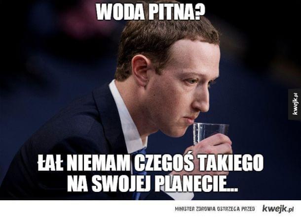 mark zuckerberg z szklanką