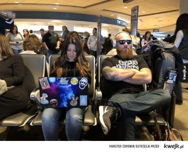 Koleś wygląda zupełnie jak naklejka na jej laptopie