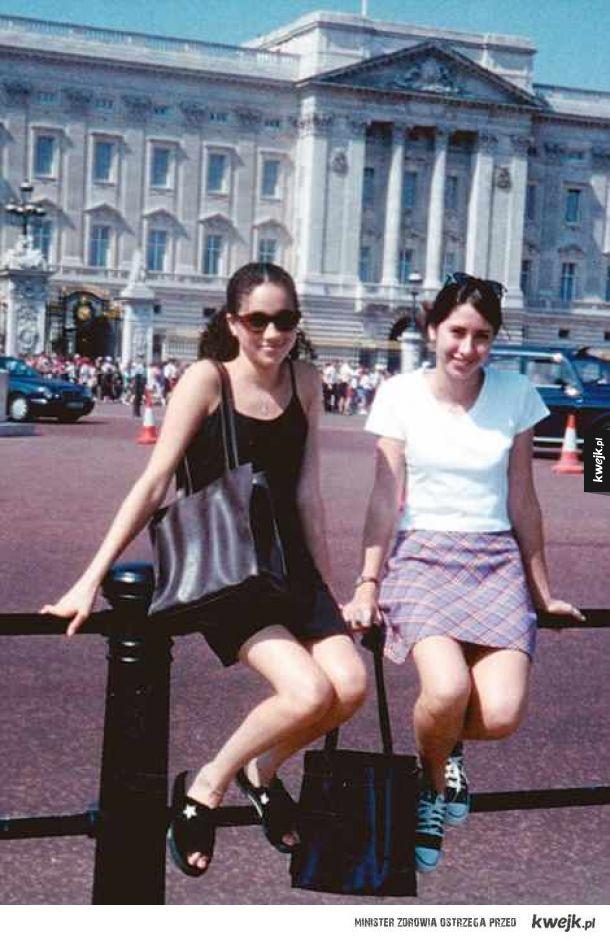 Meghan, księżna Sussexu. 22 lata temu przed pałacem Buckingham. Marzenia się spełniają.