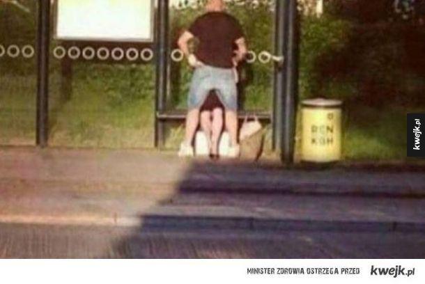 Kiedy oboje czekacie na autobus i macie chwilę wolnego czasu