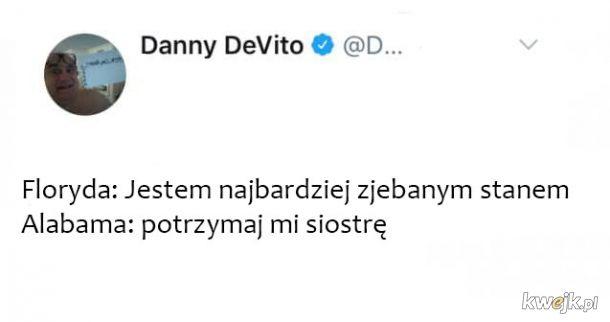Danny DeVito śmieszkuje